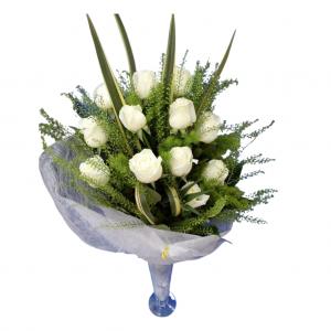 Ramo Docena de rosas blancas con verdes en armonía