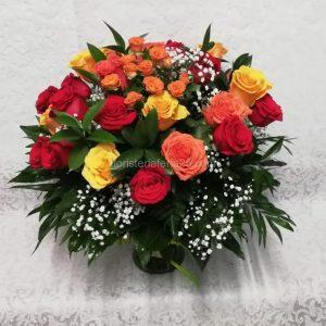 Jarrón de 24 rosas de colores de tallo corto