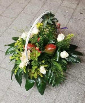 Cesta con flores y frutas