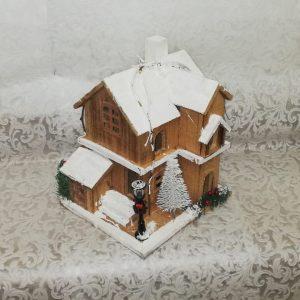 Casa de madera con iluminación interior