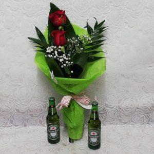 Arreglo de dos rosas con cervezas