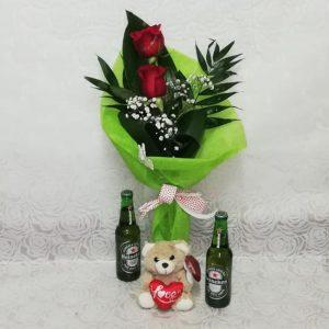 Arreglo de dos rosas con peluche y cervezas